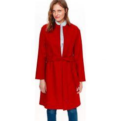 PŁASZCZ DAMSKI W MODNYM KOLORZE, WIĄZANY W PASIE. Czerwone płaszcze damskie pastelowe Top Secret, na lato, eleganckie. Za 149,99 zł.