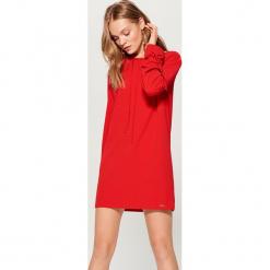Sukienka z wiązaniami - Czerwony. Czerwone sukienki z falbanami marki Mohito, l. W wyprzedaży za 59,99 zł.