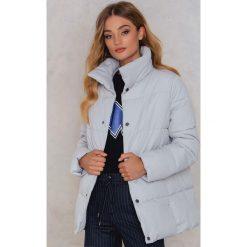 Rut&Circle Kolorowa, watowana kurtka Hilma - Grey. Zielone kurtki damskie marki Rut&Circle, z dzianiny, z okrągłym kołnierzem. W wyprzedaży za 121,48 zł.