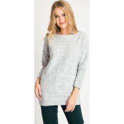 Szary sweter z rękawem 3/4 QUIOSQUE. Szare swetry klasyczne damskie QUIOSQUE, na zimę, z puchu, z dekoltem w łódkę. W wyprzedaży za 139,99 zł.