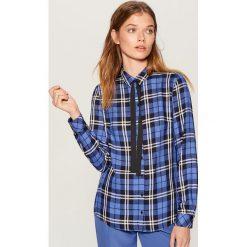 Koszula z kontrastowym wiązaniem - Niebieski. Niebieskie koszule wiązane damskie marki Mohito, z kontrastowym kołnierzykiem. Za 99,99 zł.