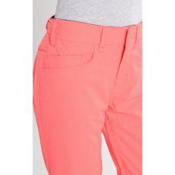 Roxy BACKYARD Spodnie narciarskie neon grapefruit. Różowe spodnie sportowe damskie marki Roxy, z materiału. W wyprzedaży za 411,75 zł.