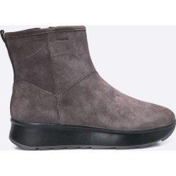 Geox - Botki. Szare buty zimowe damskie Geox, z materiału, z okrągłym noskiem, na obcasie. W wyprzedaży za 329,90 zł.