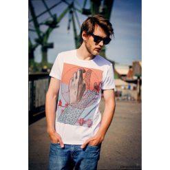 HANDMETRIC Męski T-shirt. Szare t-shirty męskie Pakamera, m, z bawełny, z klasycznym kołnierzykiem. Za 99,00 zł.