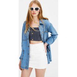 Biała minispódniczka jeansowa. Niebieskie spódniczki jeansowe marki Pull&Bear. Za 79,90 zł.