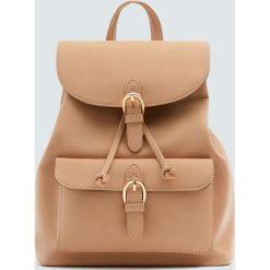 Plecak ze sprzączkami w kolorze nude. Różowe plecaki damskie Pull&Bear. Za 89,90 zł.