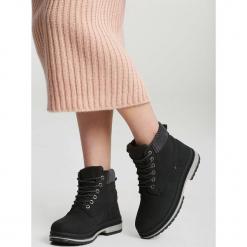 Czarne Traperki Untruth. Czarne buty zimowe damskie marki vices, z materiału, z okrągłym noskiem, na płaskiej podeszwie. Za 89,99 zł.