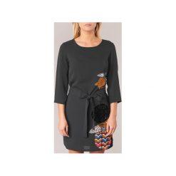 Sukienki krótkie Desigual  MERJO. Sukienki małe czarne marki Desigual, l, z tkaniny, casualowe, z długim rękawem. Za 329,30 zł.