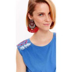 BLUZKA DAMSKA Z HAFTEM NA RAMIONACH. Niebieskie bluzki z odkrytymi ramionami marki Top Secret, l, z haftami, z bawełny. Za 19,99 zł.