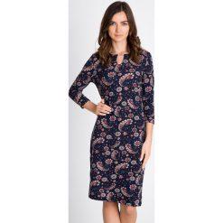 Granatowa sukienka midi we wzory QUIOSQUE. Szare sukienki dzianinowe QUIOSQUE, s, z okrągłym kołnierzem, midi, dopasowane. W wyprzedaży za 99,99 zł.