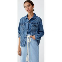 Luźna jeansowa kurtka. Niebieskie kurtki damskie jeansowe marki Pull&Bear. Za 119,00 zł.