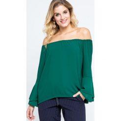 Bluzki damskie: Bluzka z dekoltem carmen oraz falbanami przy rękawach zielona