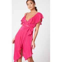 Sukienki: NA-KD Trend Asymetryczna sukienka kopertowa z falbaną - Pink