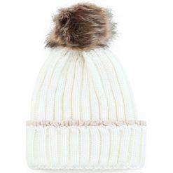 Czapka damska z koronką i pomponem biała. Białe czapki zimowe damskie marki Art of Polo, w koronkowe wzory, z koronki. Za 36,52 zł.