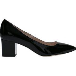 Czółenka CORNELIA. Czarne buty ślubne damskie Gino Rossi, z lakierowanej skóry, na obcasie. Za 299,90 zł.