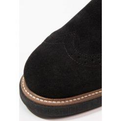 KIOMI Botki sznurowane black. Czarne botki damskie na zamek KIOMI, z materiału, na sznurówki. W wyprzedaży za 341,10 zł.