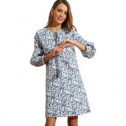 Sukienka w kolorze białym ze wzorem. Białe sukienki na komunię marki Almatrichi, z okrągłym kołnierzem, midi, proste. W wyprzedaży za 159,95 zł.