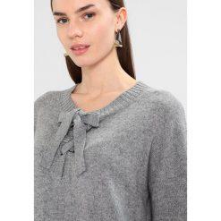 Swetry klasyczne damskie: Karen by Simonsen SHADOW Sweter moon grey melange
