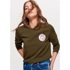 Bluza z nadrukiem - Khaki. Brązowe bluzy z nadrukiem damskie marki Cropp, l. W wyprzedaży za 29,99 zł.