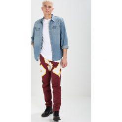 GStar PHARRELL WILLIAMS ELWOOD X52 3D Jeansy Straight Leg ox blood/off white ao. Brązowe chinosy męskie G-Star. W wyprzedaży za 455,95 zł.