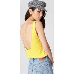 NA-KD Podkoszulek z głębokim dekoltem na plecach - Yellow. Żółte podkoszulki damskie NA-KD, z dżerseju. Za 80,95 zł.