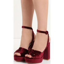 Bordowe Sandały Cloudburst. Czerwone sandały damskie na słupku marki Born2be, z materiału, na wysokim obcasie. Za 49,99 zł.