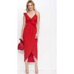 Czerwona Sukienka Długa Kopertowa z Falbankami. Czerwone długie sukienki Molly.pl, na imprezę, l, w jednolite wzory, eleganckie, z asymetrycznym kołnierzem, z długim rękawem, asymetryczne. Za 149,90 zł.