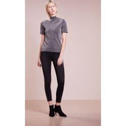 True Religion GLITTER Jeans Skinny Fit black. Czarne rurki damskie True Religion, z bawełny. Za 759,00 zł.