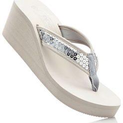 Klapki na koturnie bonprix srebrny. Czarne buty ślubne damskie marki Kazar, z materiału, na wysokim obcasie, na koturnie. Za 69,99 zł.