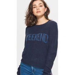 Sweter z napisem - Granatowy. Niebieskie swetry klasyczne damskie Cropp, l. W wyprzedaży za 29,99 zł.