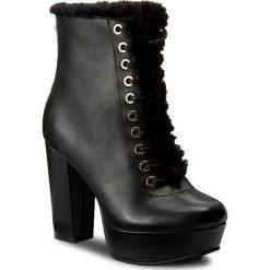 Botki GUESS - Loyal FLLOY3 LEA10 BLACK. Czarne buty zimowe damskie Guess, z materiału, na obcasie. W wyprzedaży za 459,00 zł.