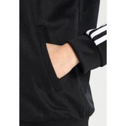 Adidas Originals ADICOLOR CONTEMP Kurtka sportowa black. Szare kurtki sportowe damskie marki adidas Originals, na co dzień, z nadrukiem, z bawełny, casualowe, z okrągłym kołnierzem, proste. W wyprzedaży za 296,10 zł.