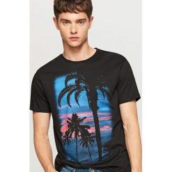 T-shirt z nadrukiem - Czarny. Czarne t-shirty męskie z nadrukiem marki Reserved, m. W wyprzedaży za 29,99 zł.
