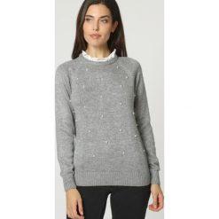 Sweter w kolorze szarym. Szare swetry klasyczne damskie marki William de Faye, z kaszmiru, z dekoltem na plecach. W wyprzedaży za 103,95 zł.