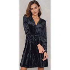 Sukienki hiszpanki: NA-KD Party Aksamitna sukienka z dekoltem V – Black