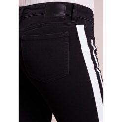 DRYKORN PAY Jeans Skinny Fit schwarz/beige. Czarne boyfriendy damskie DRYKORN. W wyprzedaży za 384,30 zł.