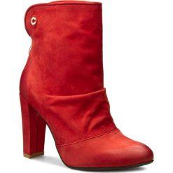Botki CARINII - B3467  Samuel 1924. Czerwone buty zimowe damskie Carinii, z nubiku, na obcasie. W wyprzedaży za 229,00 zł.