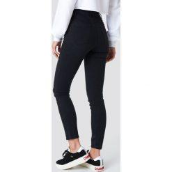 Spodnie damskie: NA-KD Jeansy rurki z wysokim stanem - Black