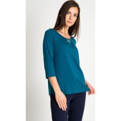 Zielona bluzka z kokardką QUIOSQUE. Zielone bluzki asymetryczne QUIOSQUE, s, z dzianiny, klasyczne, z kokardą. Za 139,99 zł.