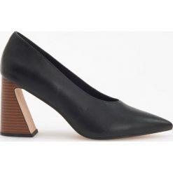 Czółenka na ozdobnym obcasie - Czarny. Czarne buty ślubne damskie marki Kazar, ze skóry, na wysokim obcasie, na obcasie. Za 159,99 zł.