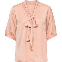 Bluzka oversize z krawatką bonprix różowy. Czerwone bluzki asymetryczne bonprix, z dekoltem w serek, z długim rękawem. Za 74,99 zł.