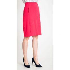 Malinowa spódnica z kieszeniami QUIOSQUE. Brązowe spódnice wieczorowe marki QUIOSQUE, z bawełny, z standardowym stanem, midi, dopasowane. W wyprzedaży za 39,99 zł.