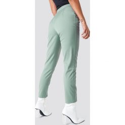 NA-KD Classic Spodnie garniturowe z wysokim stanem - Green. Zielone marynarki i żakiety damskie marki NA-KD Classic, s, z haftami, z tkaniny. W wyprzedaży za 97,17 zł.