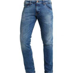 Wrangler LARSTON Jeansy Slim Fit blue. Szare jeansy męskie relaxed fit marki Wrangler, l, z poliesteru, z kapturem. W wyprzedaży za 305,10 zł.