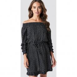 Trendyol Sukienka mini w kropki - Black. Sukienki małe czarne marki Reserved, z odkrytymi ramionami. Za 141,95 zł.