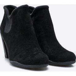 Clarks - Botki. Czarne buty zimowe damskie Clarks, z materiału, na obcasie. W wyprzedaży za 239,90 zł.