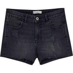Jeansowe spodenki z przetarciami. Czarne bermudy damskie Pull&Bear, z denimu. Za 69,90 zł.