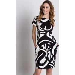 Sukienki: Dzianinowa luźna sukienka z krótkim rękawem i kieszeniami BIALCON