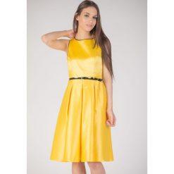 Żółta rozkloszowana sukienka QUIOSQUE. Żółte sukienki na komunię marki QUIOSQUE, w paski, z bawełny, z kopertowym dekoltem, bez rękawów, dopasowane. W wyprzedaży za 69,99 zł.