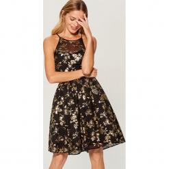 Rozkloszowana sukienka w kwiaty - Czarny. Czarne sukienki rozkloszowane Mohito, w kwiaty. Za 199,99 zł.